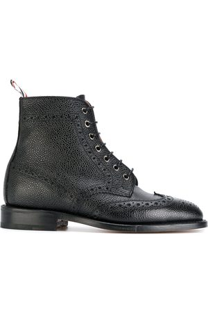 Thom Browne Damen Stiefel - Wingtip Brogue Boot With Leather Sole In Black Pebble Grain