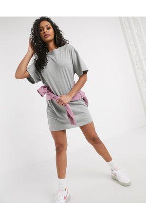 Nike Damen Freizeitkleider - Mini swoosh oversized t-shirt dress in