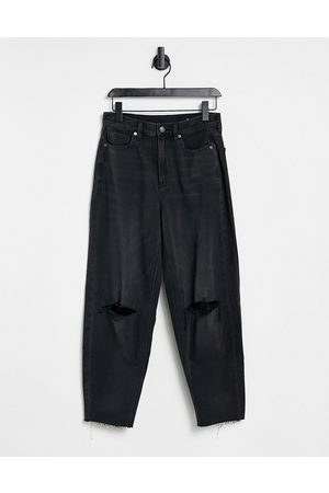 AMERICAN EAGLE Relaxed mom jeans with ripped knees in washed black