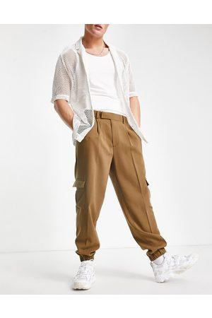 ASOS Herren Cargohosen - Oversized tapered cargo smart trousers in tan crepe-Green