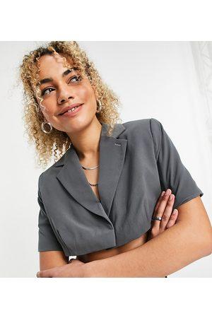 COLLUSION Damen Kurze Hosen - Super cropped short sleeve blazer in grey