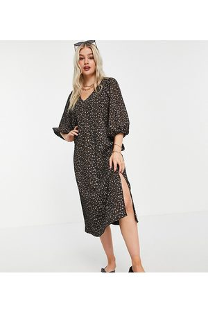 ASOS Damen Bedruckte Kleider - ASOS DESIGN Petite textured midi smock dress with v neck in dark floral-Black