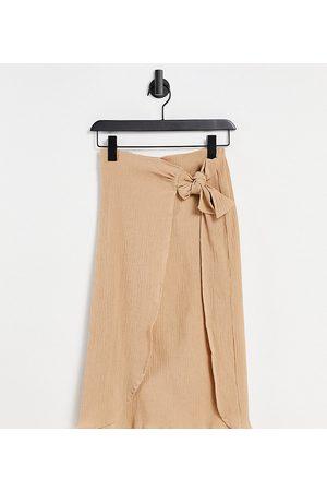 ASOS Damen Midiröcke - ASOS DESIGN Petite wrap midi skirt in natural crinkle in dark stone-Neutral