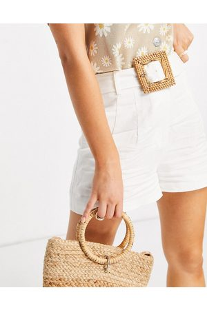 Forever New Damen Shorts - Tailored boxy shorts with wicker belt in ivory-White