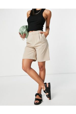 ONLY Tailored city suit shorts in -Neutral