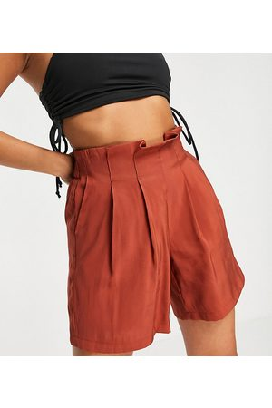 Pieces Petite Tailored shorts in rust-Brown