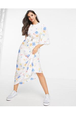 ASOS Damen Freizeitkleider - Belted satin midi dress with angel sleeve in white based floral print-Multi