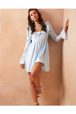 In The Style Damen Bedruckte Kleider - X Lorna Luxe puff sleeve tie neck smock dress in blue ditsy print-Multi