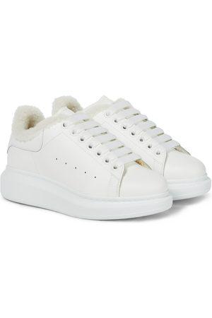 Alexander McQueen Sneakers aus Leder mit Shearling