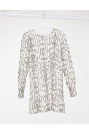 ASOS Damen Freizeitkleider - Long sleeve super soft mini jumper dress in snake print-White
